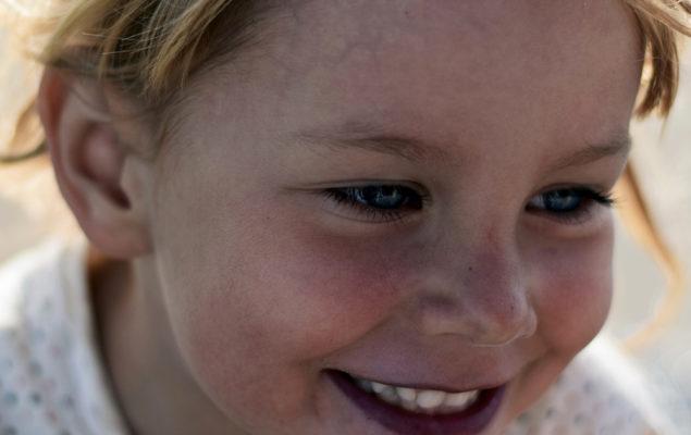 Porträttbild på en flicka.