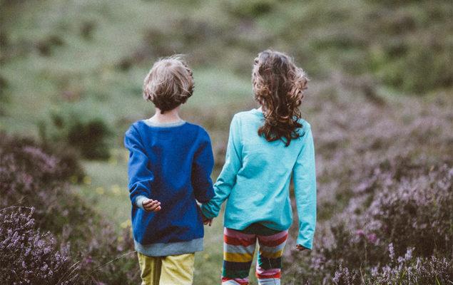 Två barn som promenerar.