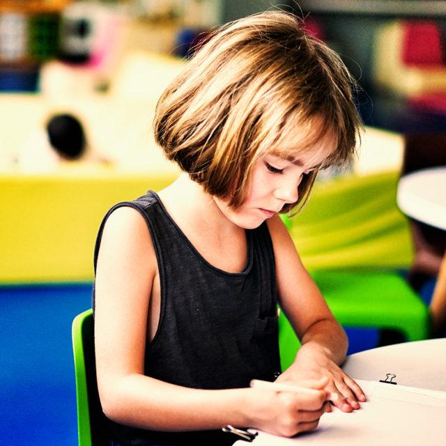 En flicka i ett klassrum.