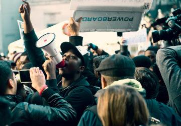 Högerextremister utbuade under marsch i USA