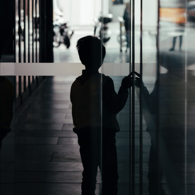 En ensam pojke i en gränd.