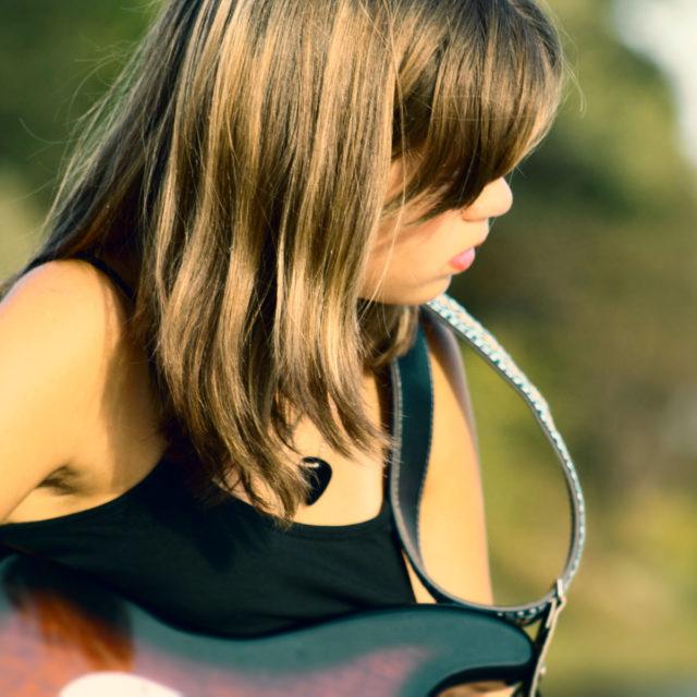 Flicka med gitarr.