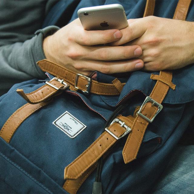 En person tittar på sin mobiltelefon.