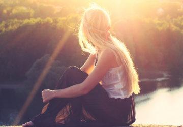 Stress i gymnasiet tre gånger vanligare hos tjejer – leder till fysiska symptom